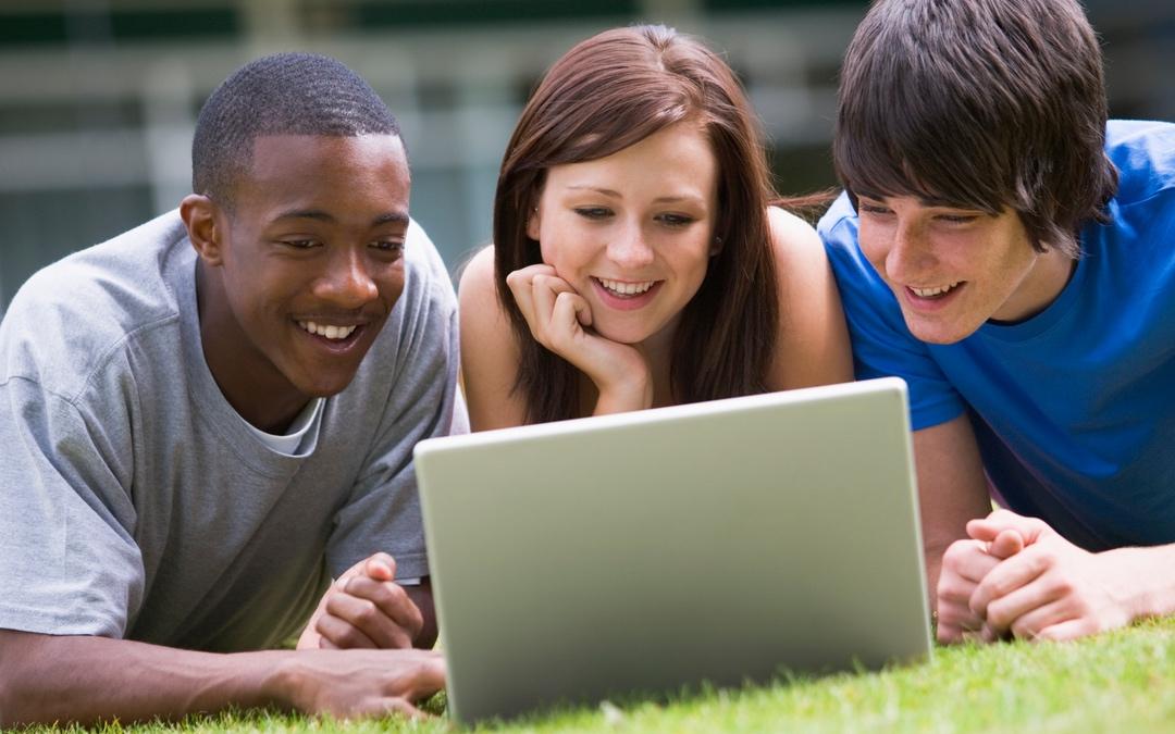 students_looking_at_computer